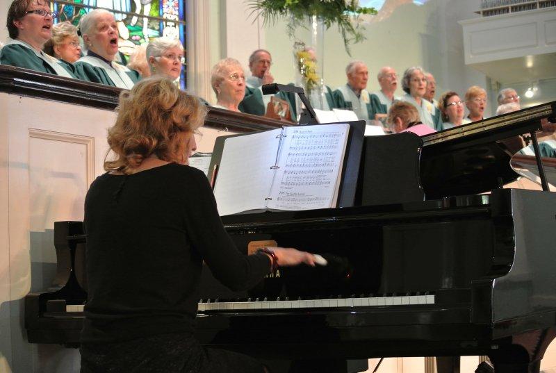 barbara-peterson-at-piano